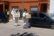Agentes de la Policía, tras registrar un domicilio, esta semana, en Bolaños de Calatrava (Ciudad Real).
