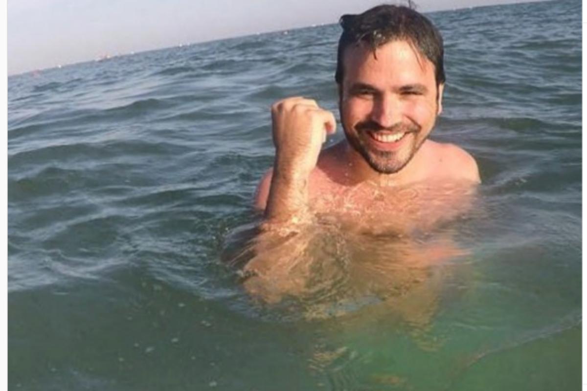 Alberto Garzón en el mar, en una foto que compartió públicamente en 2016, antes de convertirse en ministro.