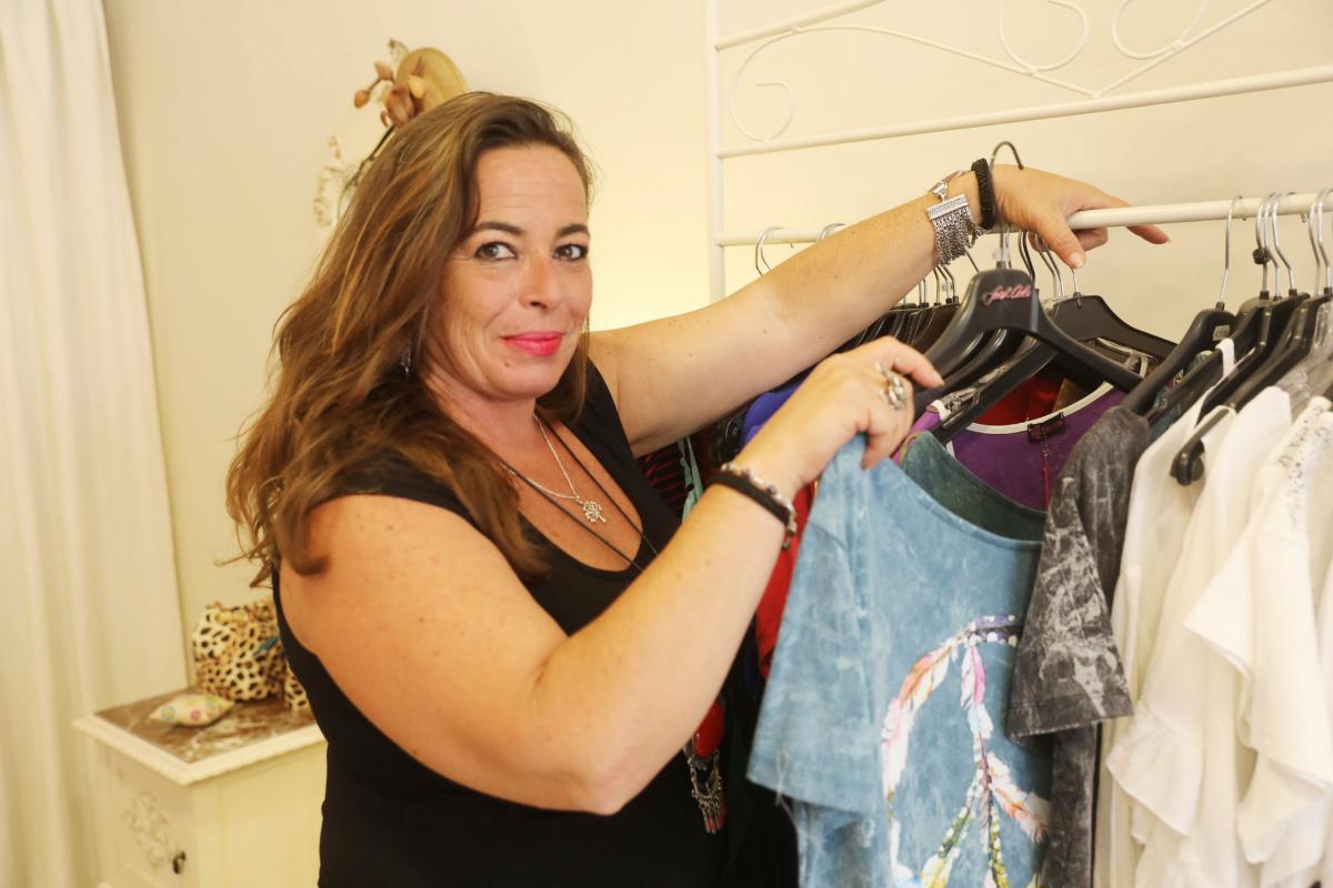"""Raquel Benjumeda, propietaria de una tienda de ropa: """"Yo soy votante de Podemos. Pero se ha columpiado""""."""