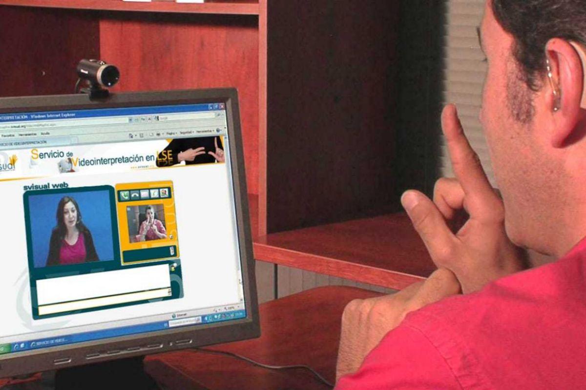 La mediación de una intérprete con una persona sorda a través de la plataforma EsVisual.
