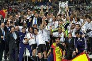 Los jugadores del Real Madrid celebran la victoria en París.