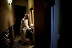 Un voluntario de la ONG Pro-Activa Open Arms trasladando a una persona mayor de una residencia a un hospital de Barcelona.