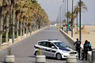 Un coche policial patrullando en Valencia durante el estado de alarma.