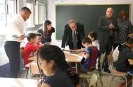 El presidente catalán, Quim Torra, en una visita a un colegio, en Cornellá (Barcelona).