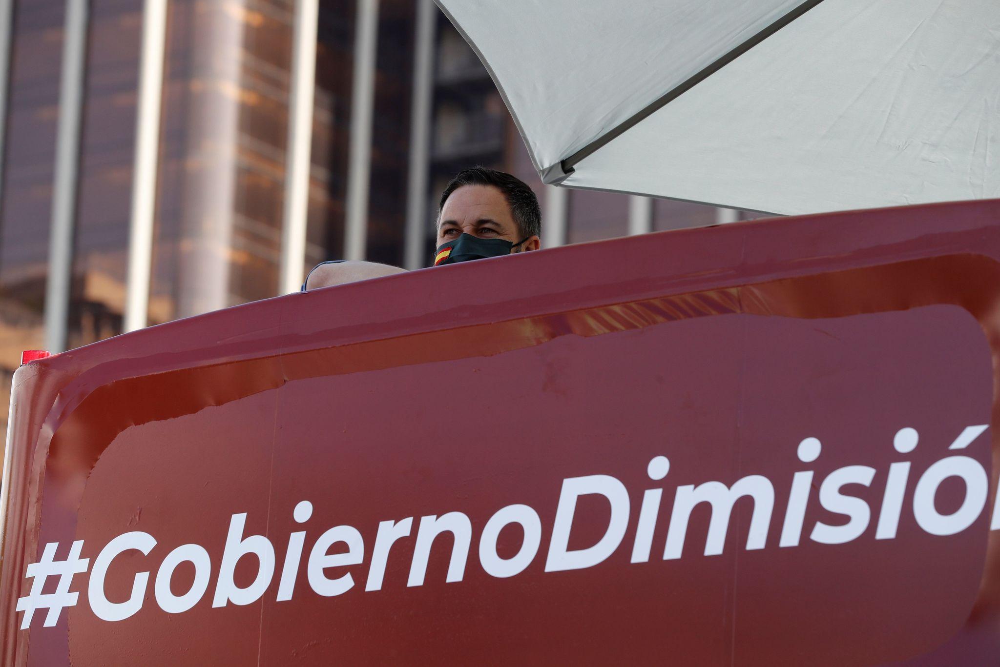 El líder de Vox, <strong>Santiago Abascal</strong>, en la plaza de Colón en Madrid, momentos antes del incio de la manifestación en coche que Vox ha promovido contra la gestión del Gobierno en la pandemia de coronavirus, tras obtener permiso de la Justicia o las delegaciones del Gobierno, en la primera convocatoria de protestas políticas autorizada durante la vigencia del estado de alarma.