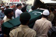 Entierro de una de las víctimas del accidente de avión, en Karachi.