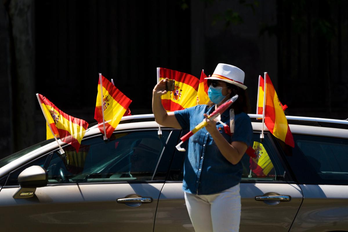 Una manifestante hace una foto con el teléfono móvil, en un momento de la manifestación, en Madrid.