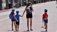 Fase 2: unas personas caminan por Almería