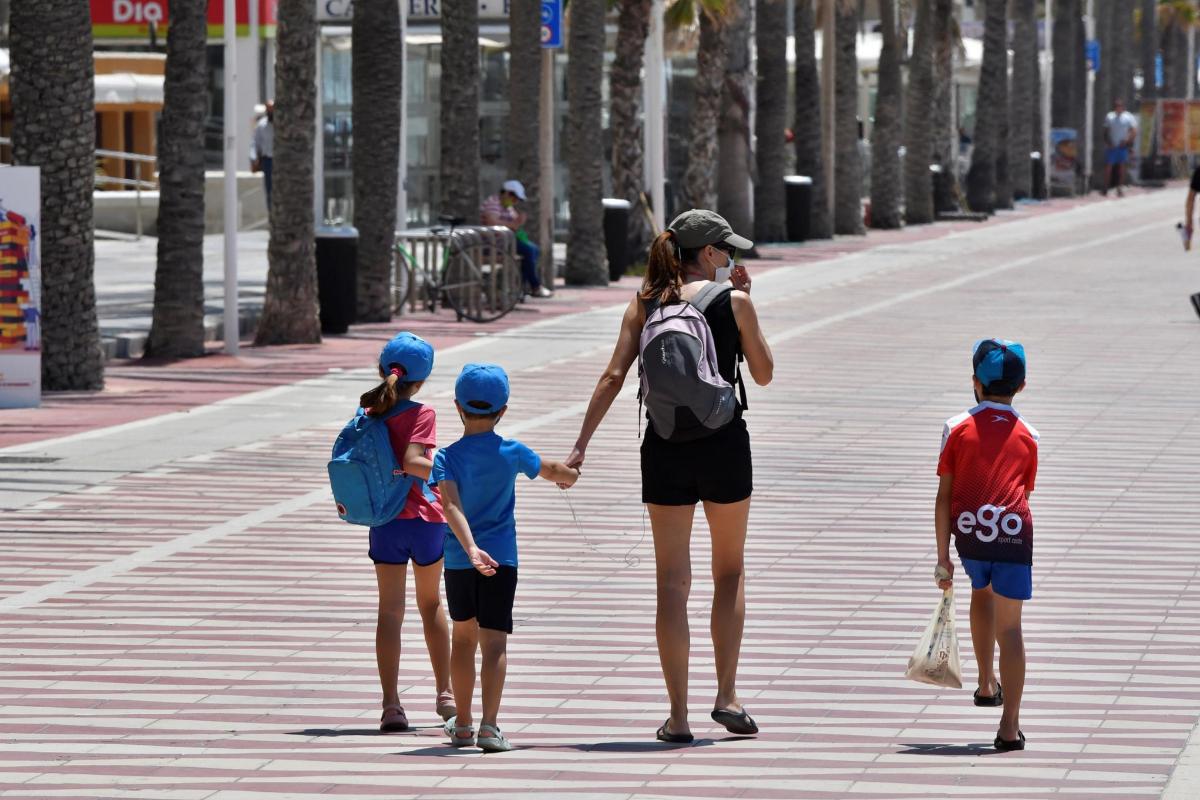 El Gobierno autoriza los paseos en grupo y de familias completas en toda España desde el lunes