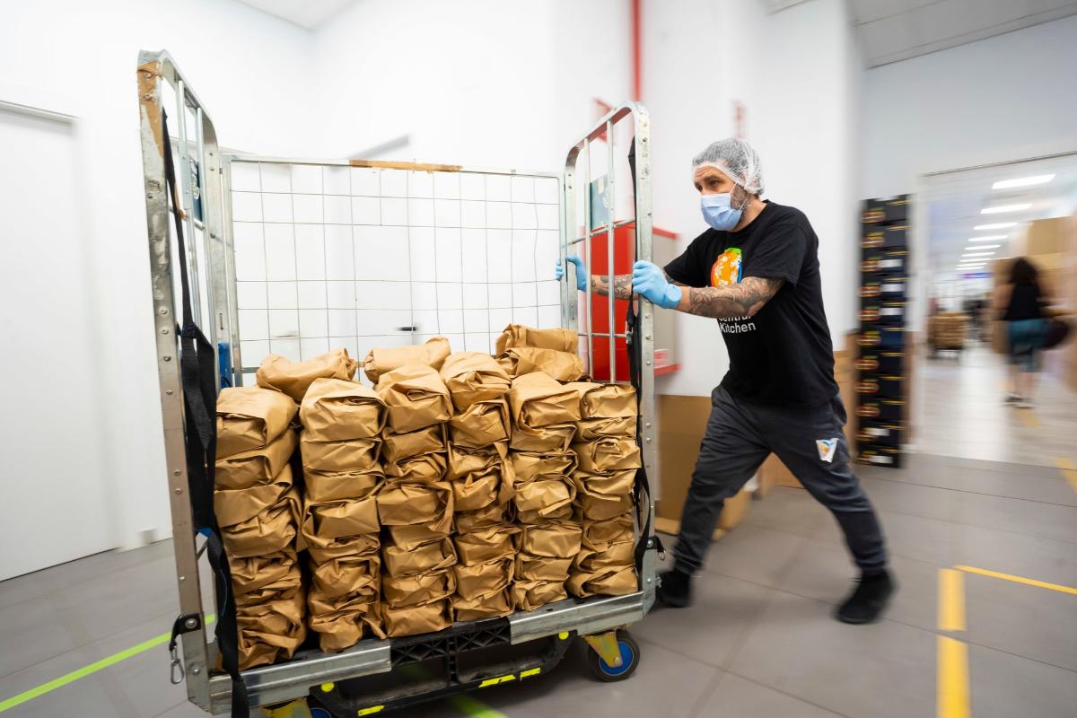 Transporte de las bolsas que se distribuirán entre los solicitantes de ayuda.
