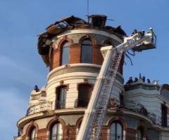 Los bomberos evalúan los daños del edificio   tras el colapso de la cúpula.