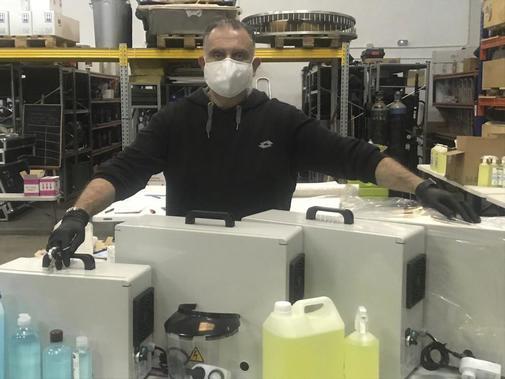 José Luis, de Impacto 3, con varios de los productos que vende.