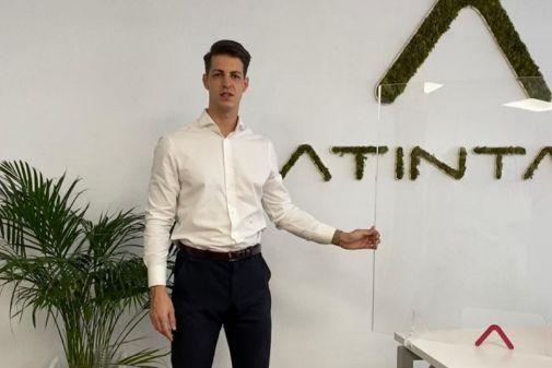 José Romera, de Atintas, vende mamparas protectoras.