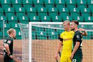 Haaland , con Schlager, del Wolfsburgo.