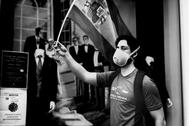 Un joven pertrechado con mascarilla, bandera constitucional y mochila se manifiesta contra el Gobierno en los aledaños de Núñez de Balboa.