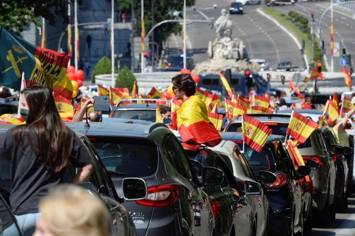 -FOTODELDÍA- lt;HIT gt;MADRID lt;/HIT gt;.- Manifestación en coche en la plaza de Cibeles en lt;HIT gt;Madrid lt;/HIT gt; que lt;HIT gt;Vox lt;/HIT gt; ha promovido contra la gestión del Gobierno en la pandemia de coronavirus, tras obtener permiso de la Justicia o las delegaciones del Gobierno, en la primera convocatoria de protestas políticas autorizada durante la vigencia del estado de alarma. Víctor Lerena