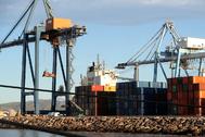 Tareas de carga y descarga de mercancía en el puerto de Castellón, otra de las puertas de salida por mar del sector cerámico.