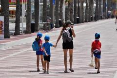 Una familia pasea por el Paseo Marítimo de Almería, este viernes, durante la Fase 1 de la desescalada.