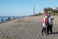 Una pareja se hace un 'selfie' en la playa de Pedregalejo, en Málaga, tras abrirse ésta a los paseos y al deporte.