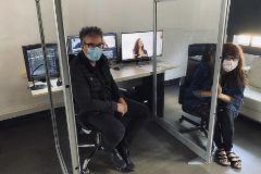 El montador Jordi Azategui y la directora Isabel Coixet en un momento del trabajo mientras editan 'Nieva en Benidorm'.