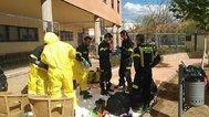 Bomberos se preparan para desinfectar una residencia de ancianos, en Cáceres.