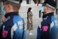 La presidenta madrileña, Isabel Díaz Ayuso, este domingo, guarda un minuto de silencio por los fallecidos de coronavirus.