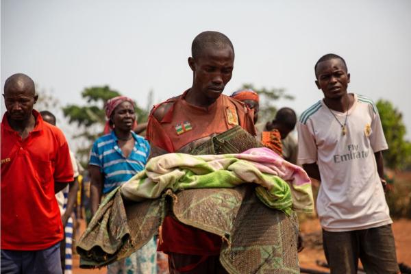 Un hombre con su hijo muerto por sarampión en República Centroafricana.
