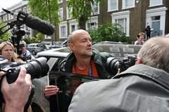 Dominic Cummings sale del 10 de Downing Street asediado por los fotógrafos.