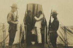 Un médico aplica spray a un paciente como tratamiento preventivo contra la gripe en Love Field (Texas), en junio de 1918.