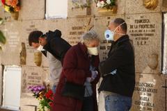 Familiares de un fallecido por Covid-19, en el Cementerio Sur de Madrid.
