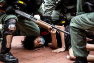 La Policía detiene a un manifestante en la protesta de Hong Kong.