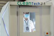 Lo último en los aeropuertos: cabinas para desinfectar personas en 40 segundos