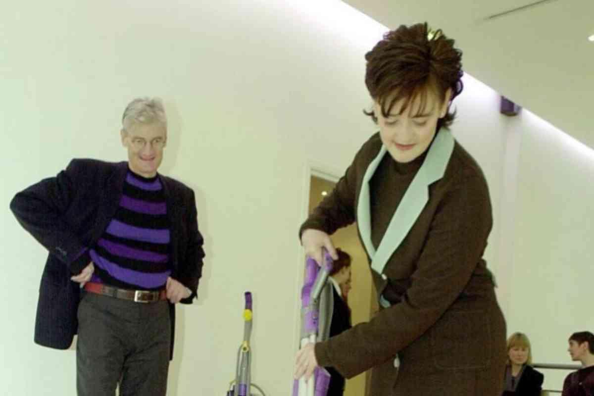 James Dyson con Charie Blair, esposa del entonces primer ministro británico.