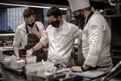 Camarena, en el centro, 'enmascarillado' con su equipo en la cocina del restaurante la noche de su reapertura.