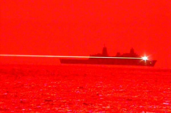 Imagen real del rayo láser disparado contra un dron de combate