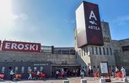 Público en la apertura de un centro comercial en Vizcaya