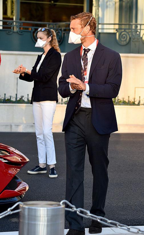 La mujer de Pierre Casiraghi llevaba pitillos blancos y americana azul marino más sneakers.