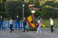 Agentes de la Guardia Civil protegen las inmediaciones del chalé de Pablo Iglesias en Galapagar (Madrid) durante una cacerolada.