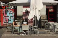 Una pareja en la terraza de un bar, en la Plaza Mayor de Madrid, este lunes, primer día de la Fase 1.