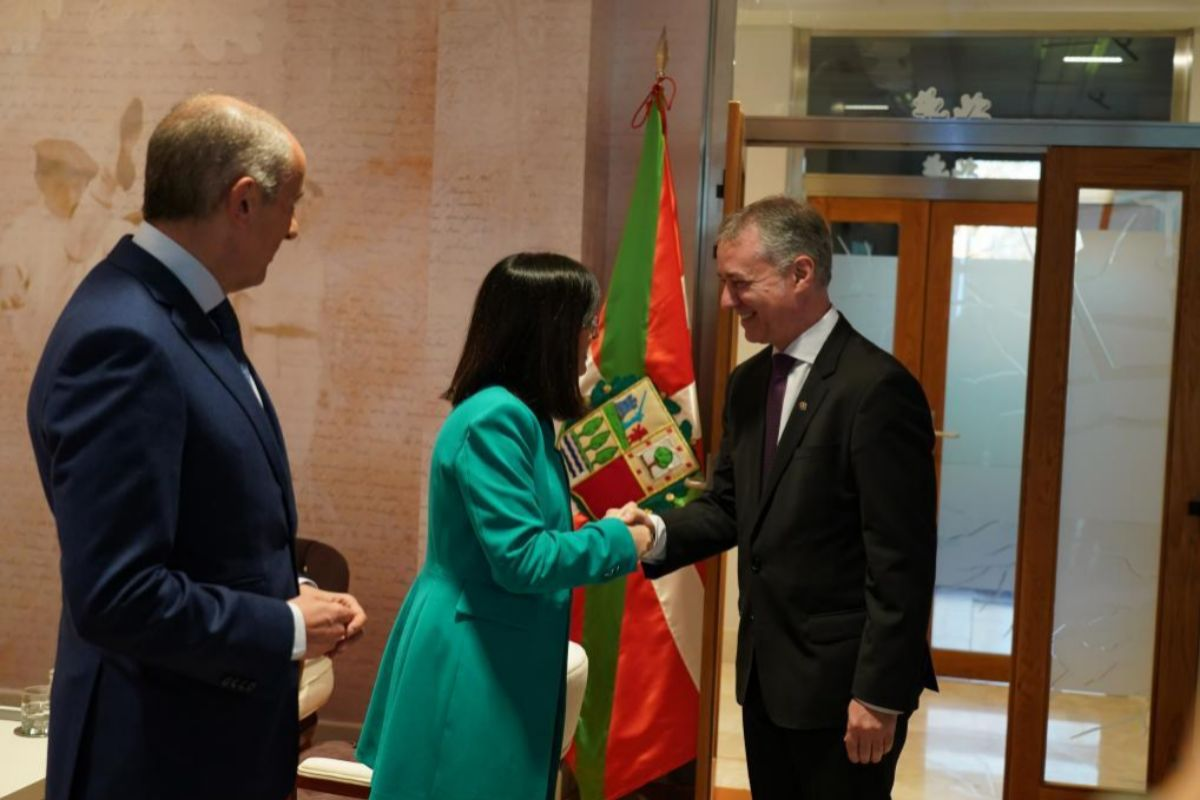 Erkoreka observa a la ministra Darias y al lehendakari Urkullu en el encuentro de febrero en Vitoria.