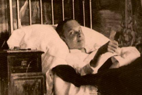Alfonso de Borbón y Battenberg, en cama, donde pasó la mayor parte de su vida.