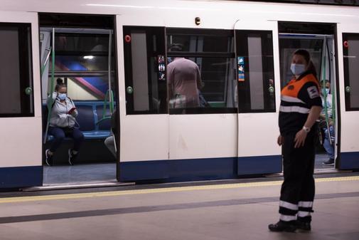 Una de las vigilantes del Metro en el inicio de la fase 1