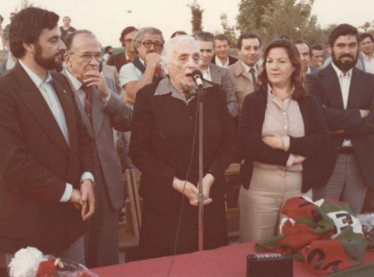 Anguita, con Dolores Ibárruri, la Pasionaria, en un mitin del PCE en 1979.