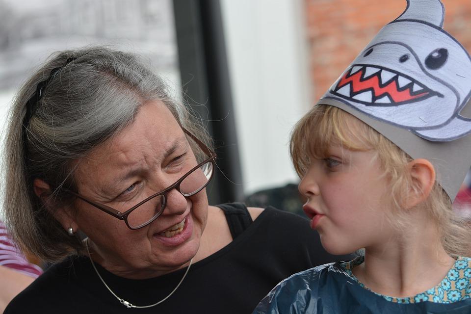 Obligan a una abuela a eliminar las fotos de sus nietos en Facebook por publicarlas sin permiso