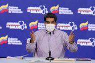 """AME070. CARACAS (VENEZUELA), 14/05/2020.- FotografÍa cedida por prensa de Miraflores del presidente venezolano Nicolás lt;HIT gt;Maduro lt;/HIT gt; dirigiéndose a miembros de su gabinete de gobierno, en Caracas (Venezuela). El presidente venezolano, Nicolás lt;HIT gt;Maduro lt;/HIT gt;, aseguró este jueves que hay nuevos """"grupos mercenarios"""" que han sido conformados en Colombia como los que participaron en un fallido ataque marítimo en el que, según el Gobierno, fallecieron ocho personas y destacó que """"todo apunta"""" al mandatario colombiano, Iván Duque. / NO VENTAS/ SOLO USO EDITORIAL"""