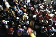 Decenas de migrantes venezolanos en Colombia esperan el transporte que los llevará a la frontera con su país, ya que la pandemia del Covid-19 les resta posibilidades de sobrevivir en tierras ajenas.