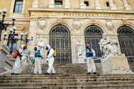 Miembros de la UME, ayer, desinfectando la escalinata de la Biblioteca Nacional.