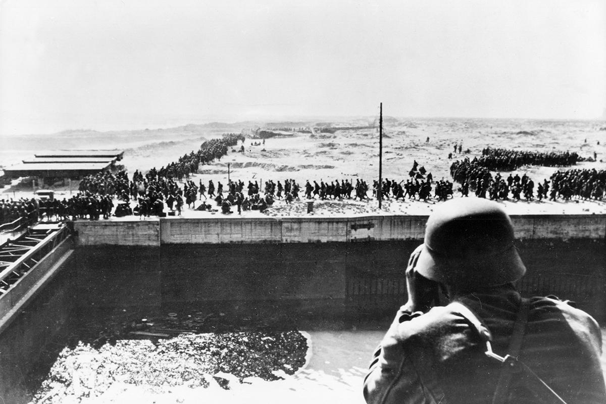 Tropas alemanas capturan a los últimos soldados británicos en la playa de Dunkerque.