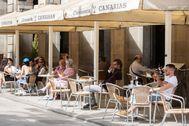 GRAFCAT7246. lt;HIT gt;BARCELONA lt;/HIT gt; (ESPAÑA).- Un camarero atiende a una clienta en la terraza del Café Zurich una de las 5.500 terrazas de restaurantes y bares de lt;HIT gt;Barcelona lt;/HIT gt; que reabren este lunes cuando la ciudad entra en la fase 1 de la desescalada, mientras el ayuntamiento refuerza los servicios municipales y pide a los ciudadanos responsabilidad y prudencia.