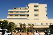 La fachada del hospital de Marbella donde dejaron a un hombre tiroteado en la puerta.